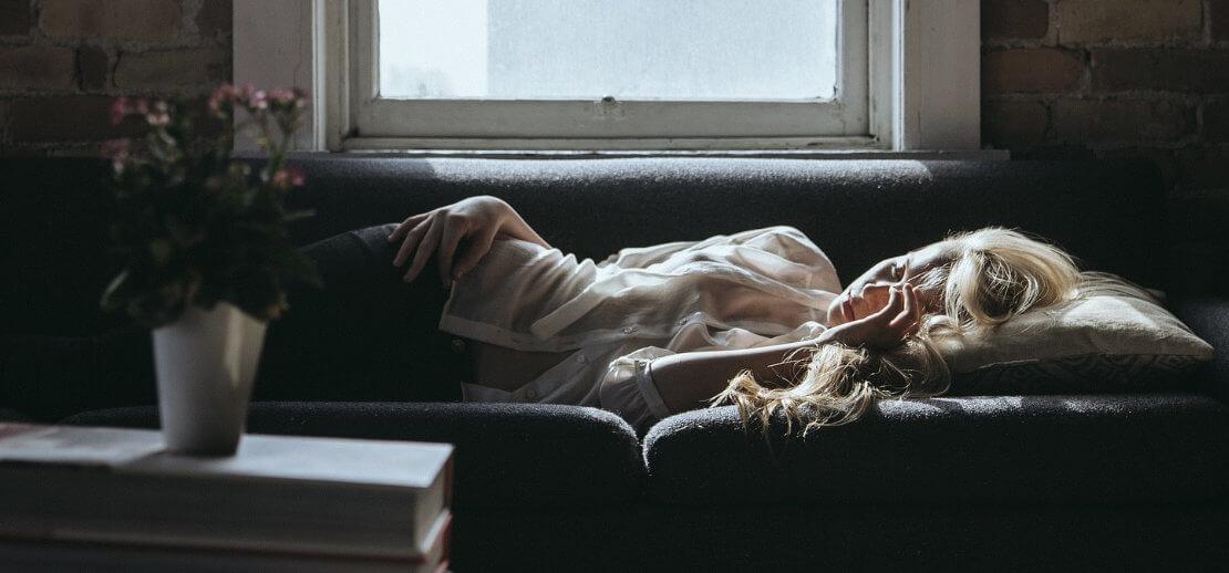 zmęczona kobieta na kanapie