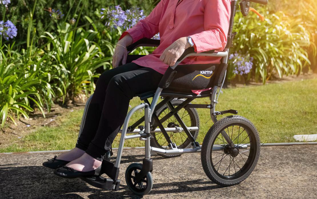osoba na wózku inwalidzkim po stwardnieniu rozsianym